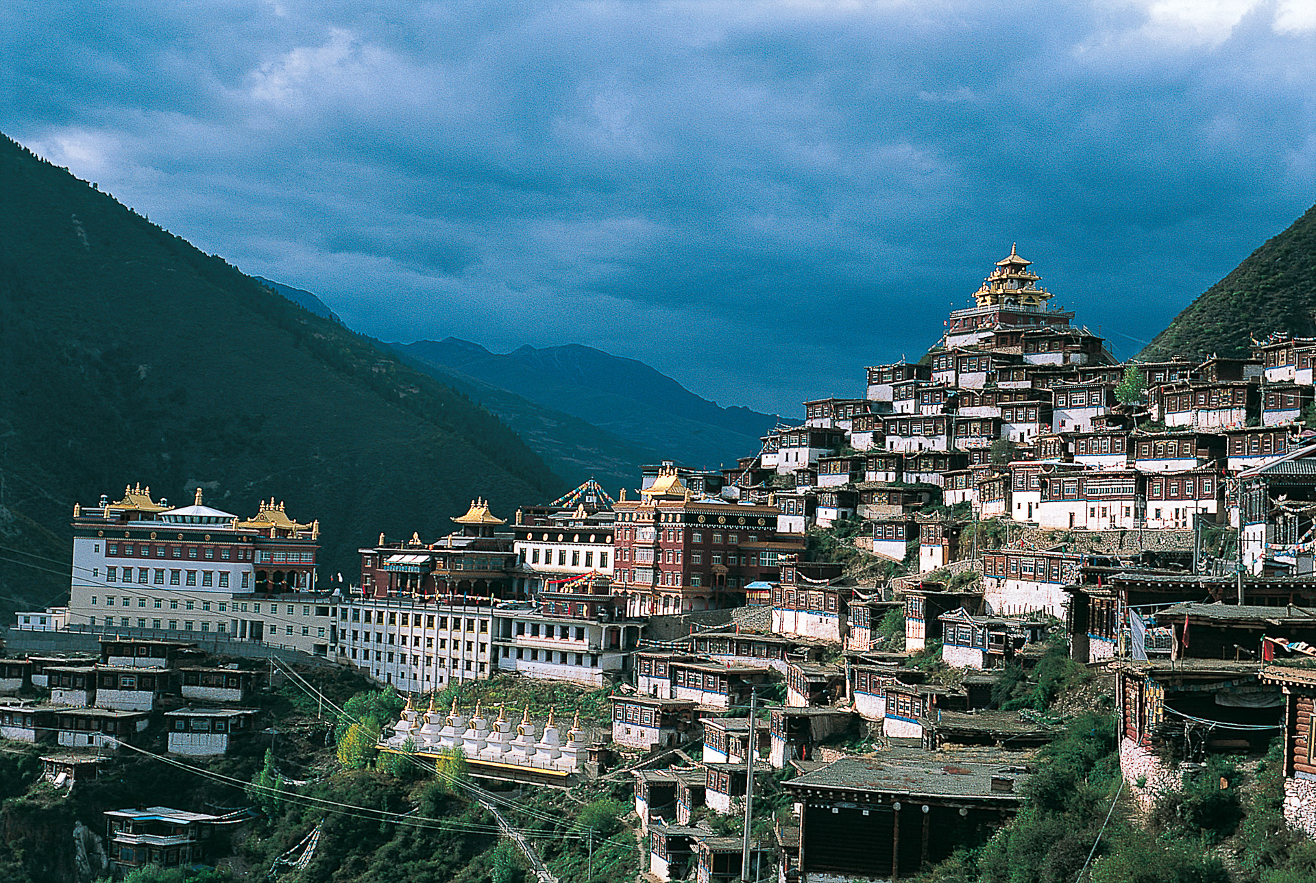 L'immense monastère de Pelyül, bastion de la tradition tibétaine