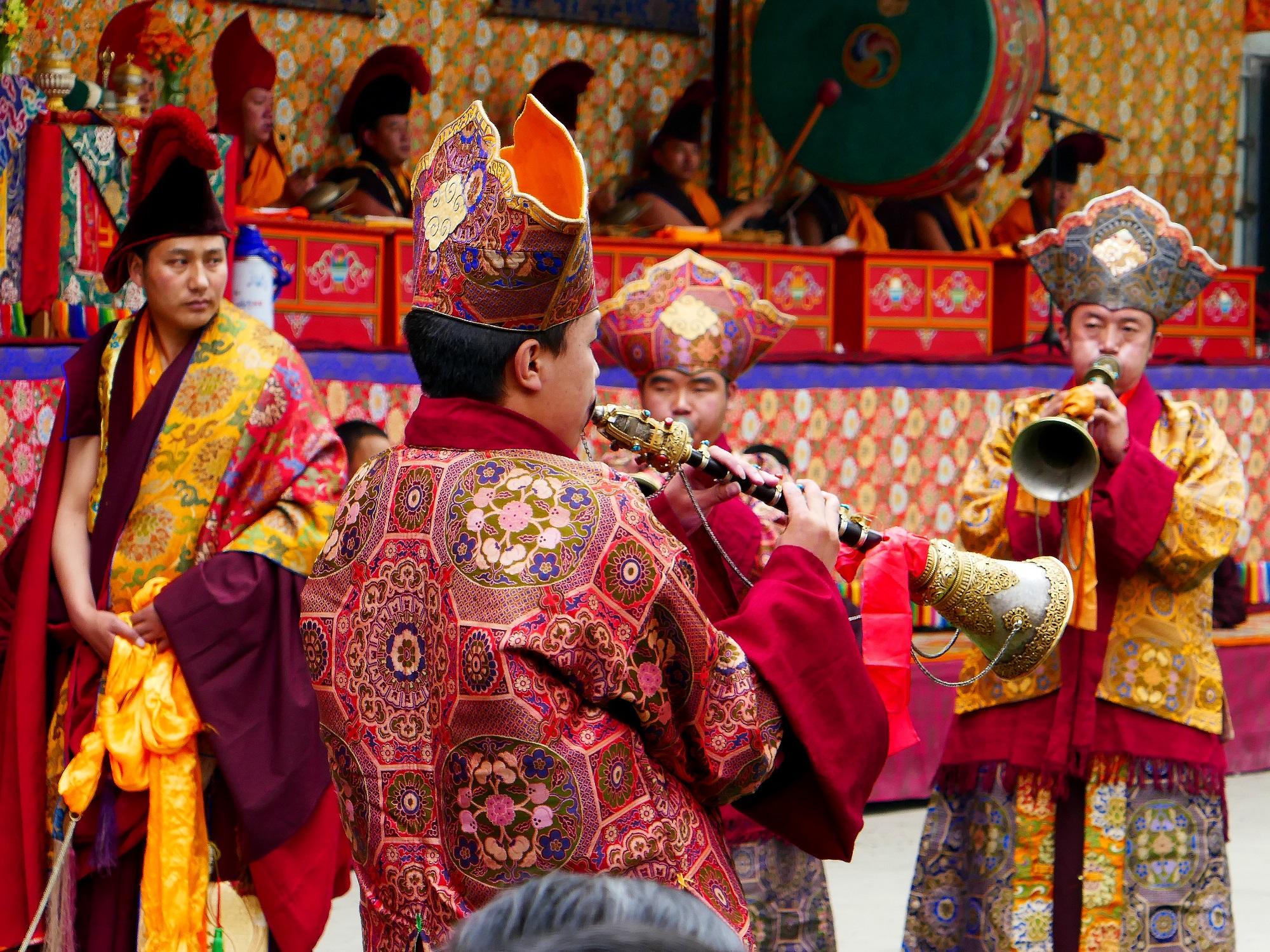 Musiciens ouvrant le festival de Méshö
