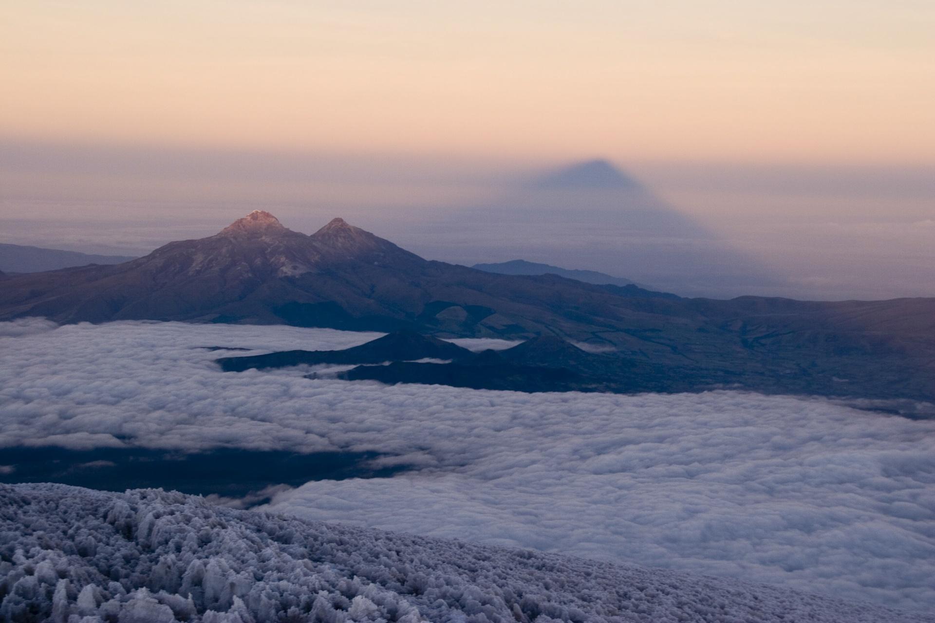 Le cône d'ombre du Cotopaxi depuis le sommet - Equateur