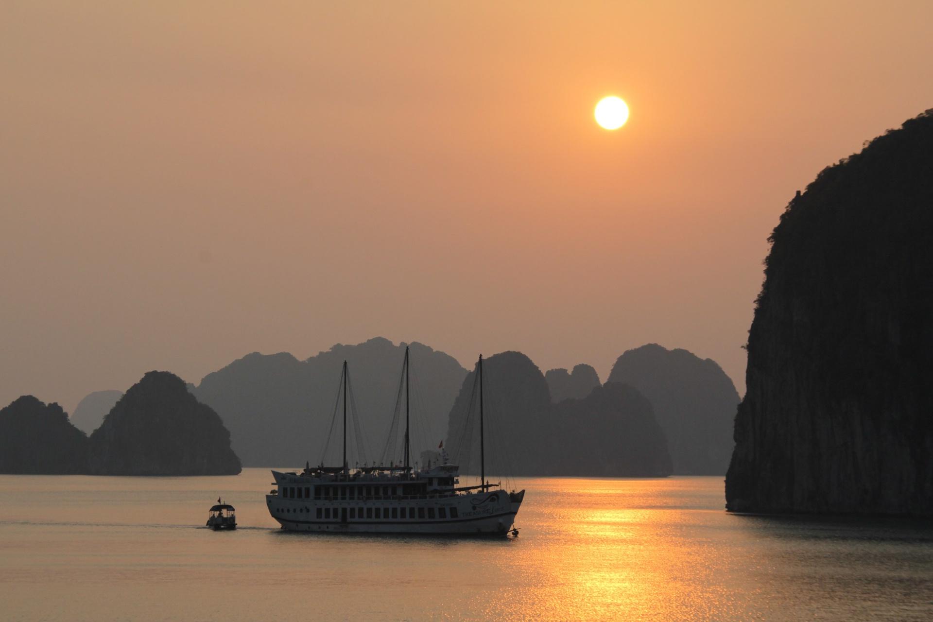 Coucher de soleil sur la baie dHalong Vietnam