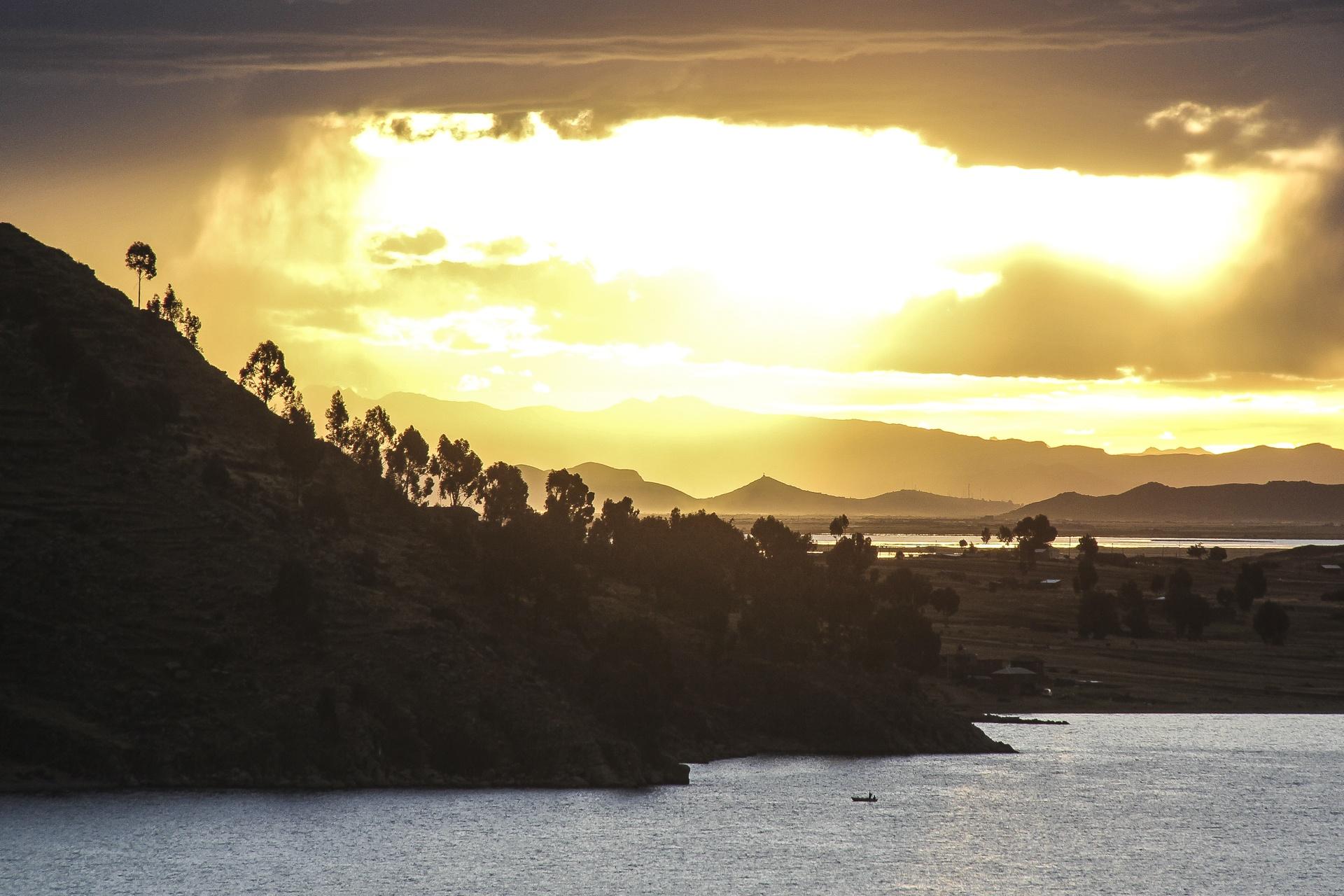 Coucher de soleil sur le lac Titicaca Pérou
