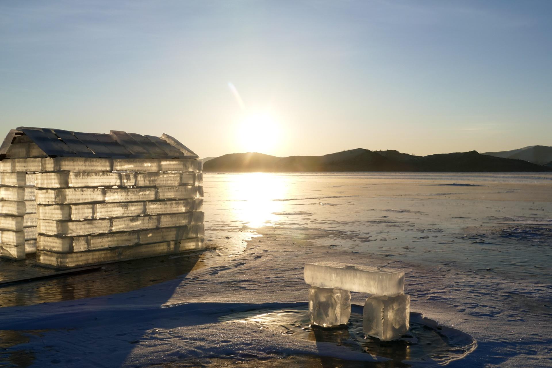 Lever du soleil sur le Baïkal