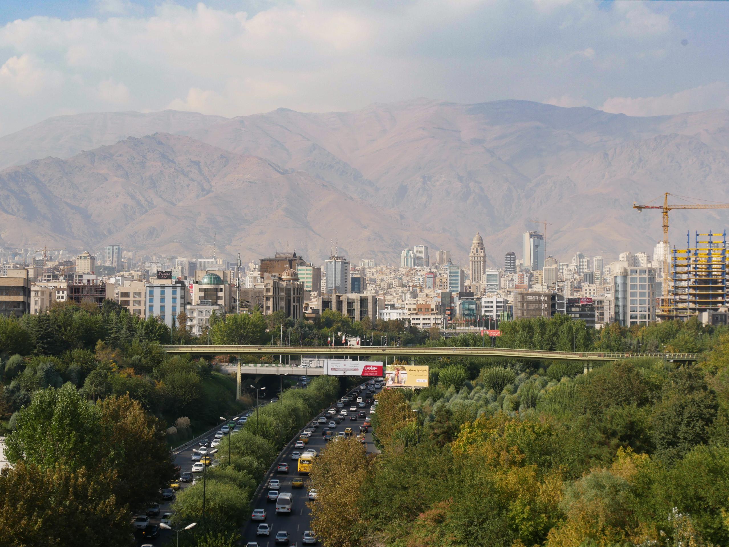 Le pont Tabiat, Téhéran et le mont Tochal