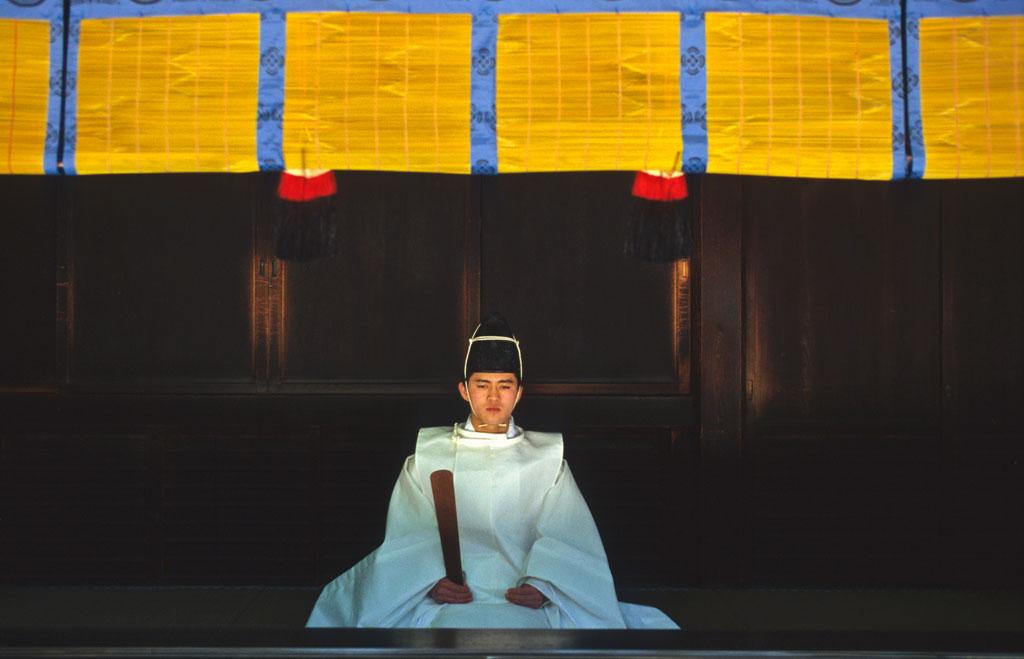Prêtre shintoïste dans le sanctuaire Meiji