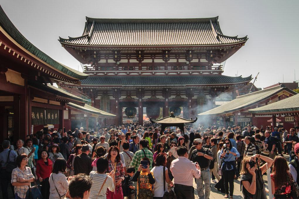 Foule à l'entrée du Temple  Kannon , Asakusa