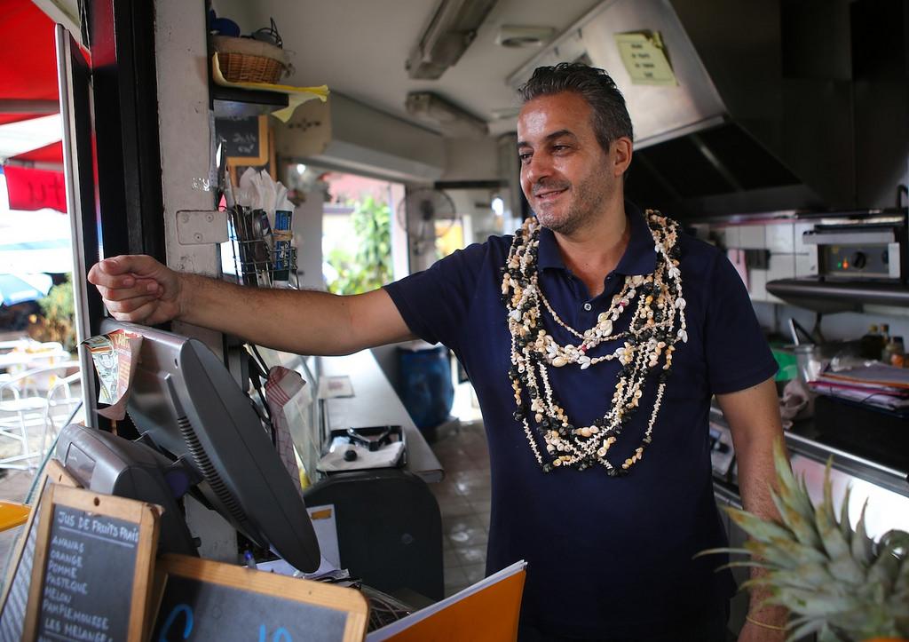 Un commerçant heureux de vivre