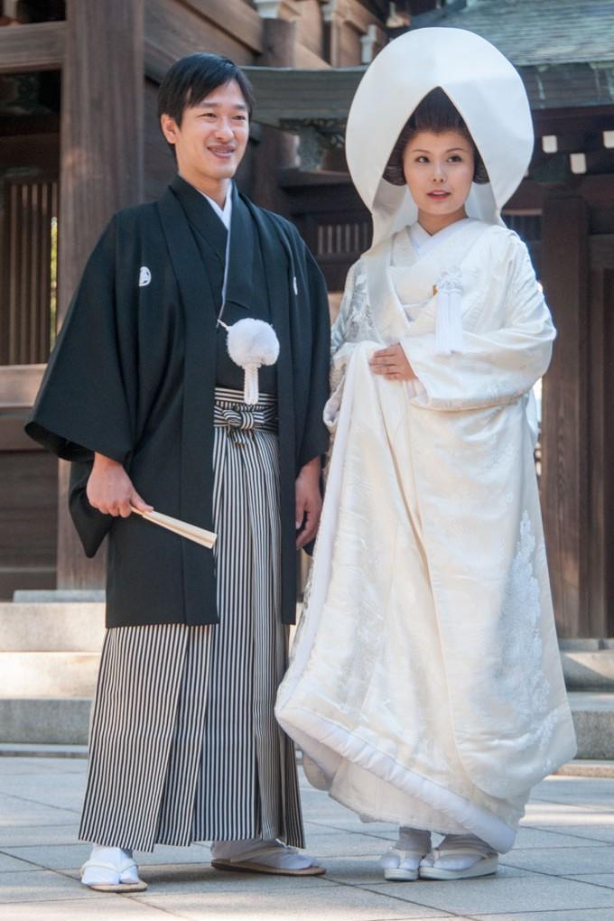 Au sanctuaire de Meiji, un jeune couple marié pose pour la photo, Tokyo