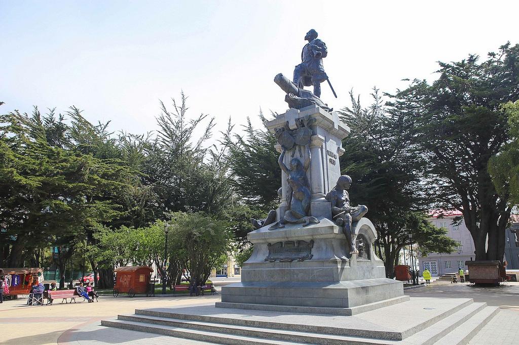 La statue de Magellan au centre de la place d'armes de Punta Arenas