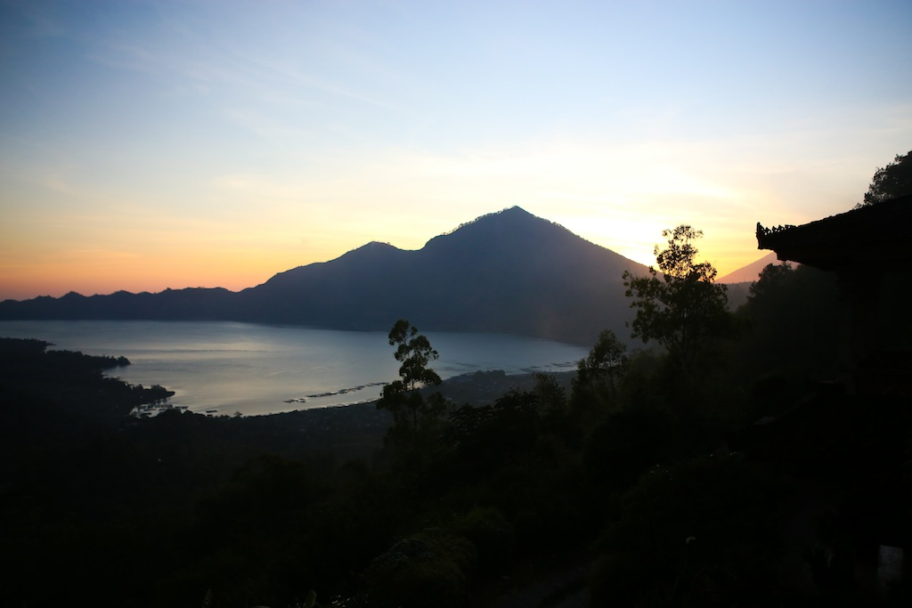 Lever du soleil sur le lac Batur