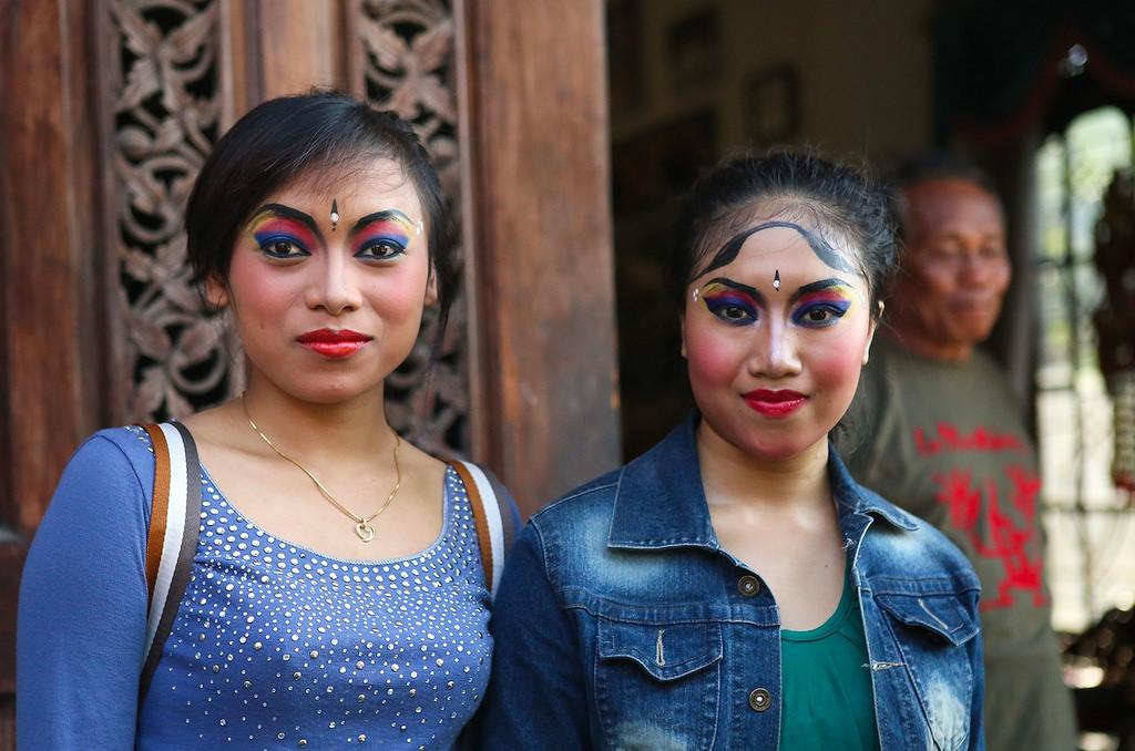 En coulisse, deux des danseuses