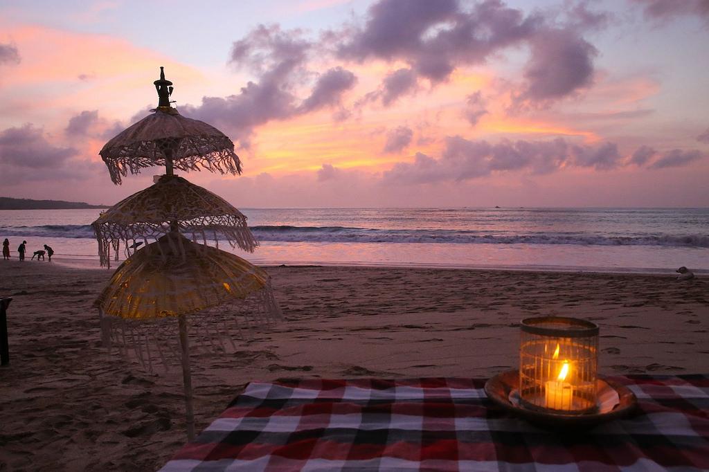 Coucher de soleil sur la plage de Jimbaran ...