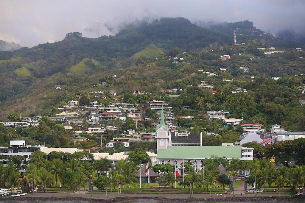 La ville de Papeete vue depuis le ferry qui nous transporte à Moorea