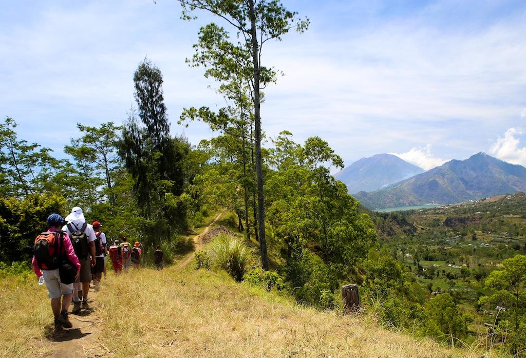 Sentier au bord de la caldera du Batur
