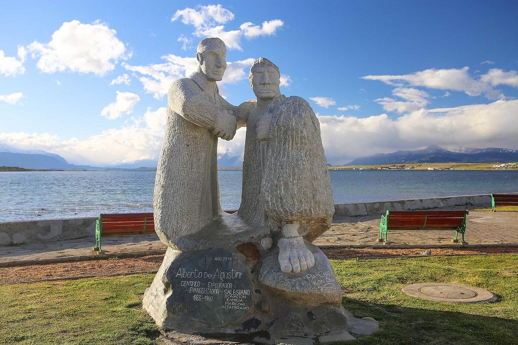Statue du père Agostini, qui fut l'un des grands explorateurs de la Patagonie