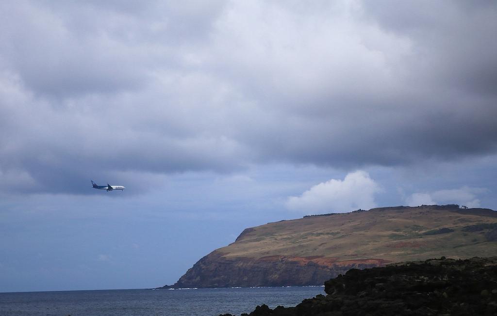 Actuellement l'île de Pâques est reliée au Chili par un vol quotidien