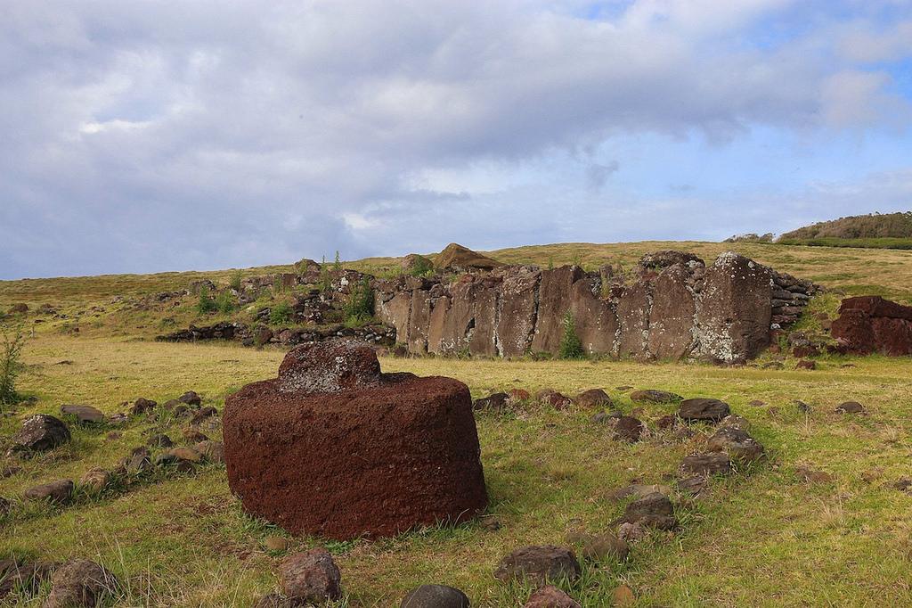 Un Pukao (coiffe de moai) tombé à terre