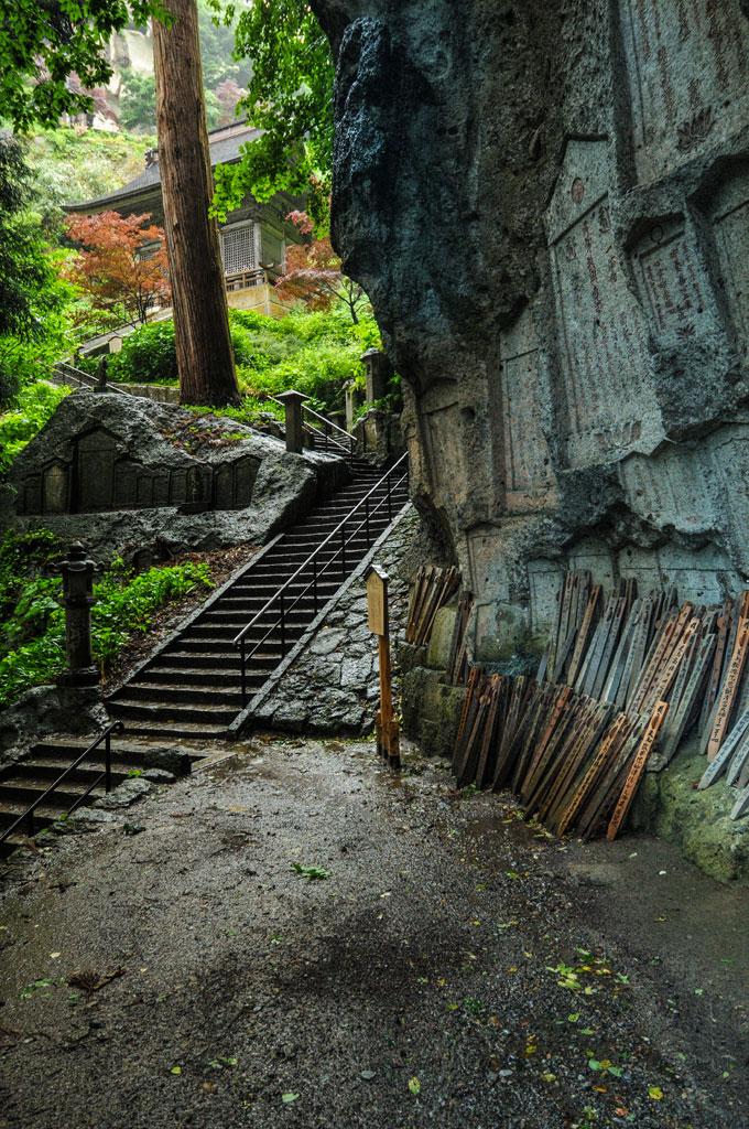 Les dernières marches qui mènent au sommet du complexe shintoïste et bouddhiste de Yamadera