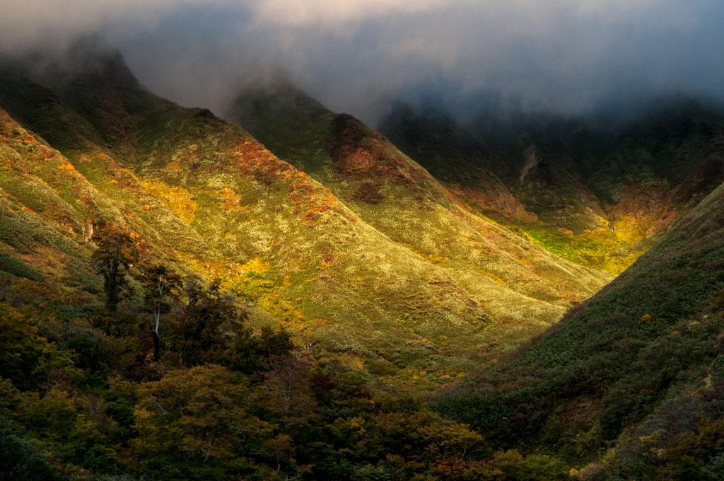 Lumière de fin de journée sur les montagnes autour du Yudono-san