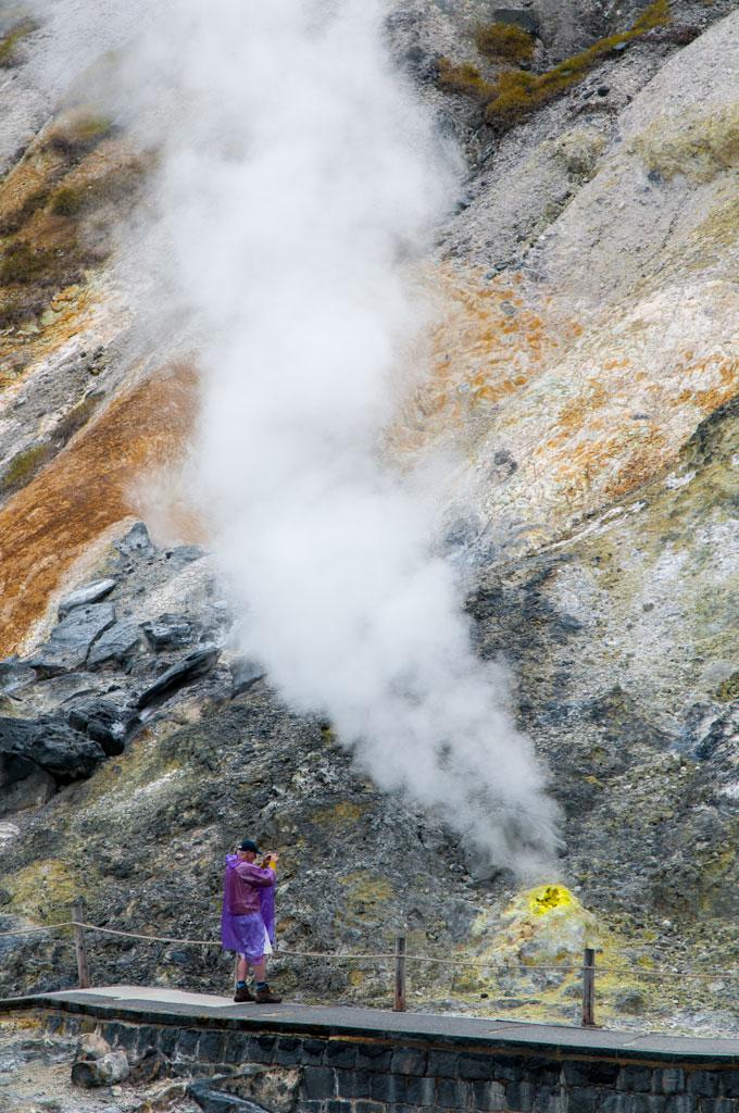 Serge en plein action devant un geyser de Tamagawa