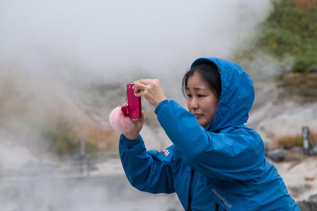 Yukie-san qui nous accompagne pendant quatre jours, au milieu des geysers de Tamagawa
