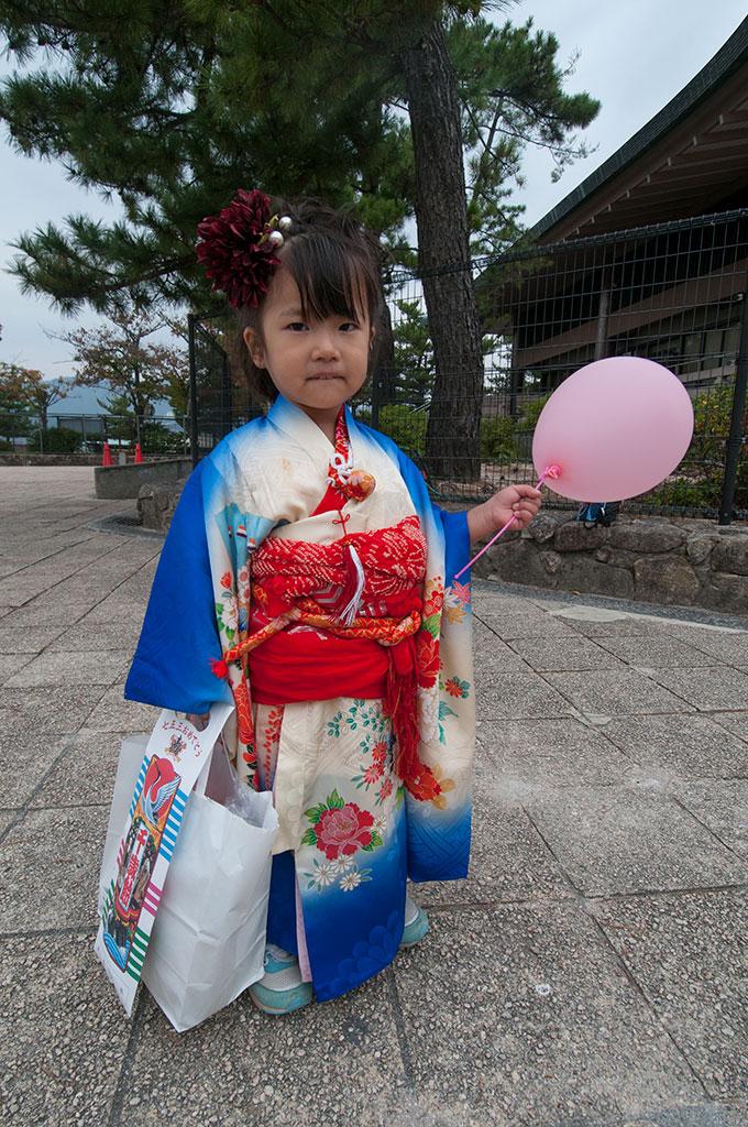 Petite fille en kimono dans les rues de Miyajima