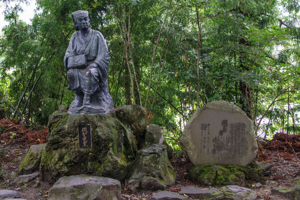 15)Statue du poète  Bash , à côté l'inscription gravée d'un Haiku composé à Yamadera