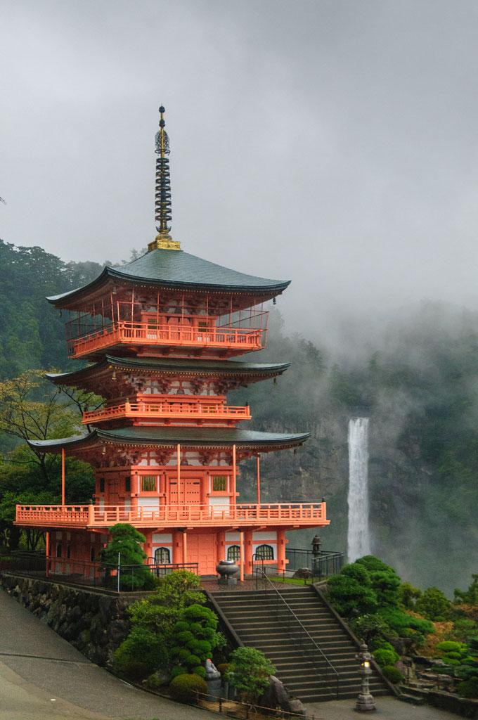 Seigantoji, la pagode à trois étages  devant  Nachi No Taki la cascade plus haute du Japon . Kumano Kodo