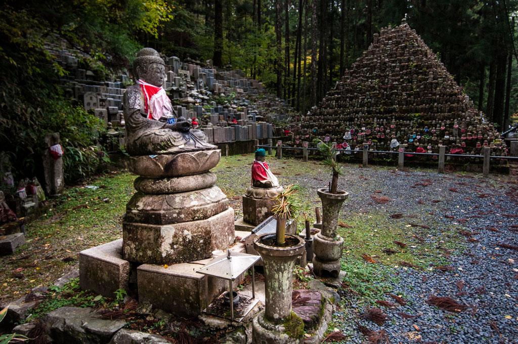 Okuni-in, cimetière avec plus de 200'000pierres tombales qui s'alignent sur 2 km. Koya San