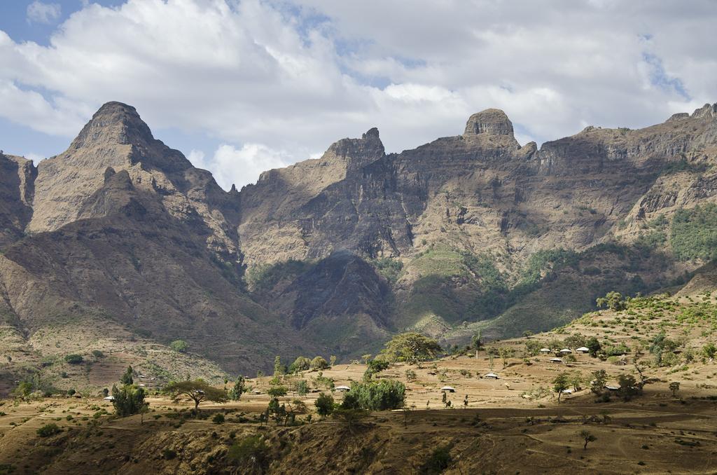 Cirque montagneux autour du village de Mekarebya