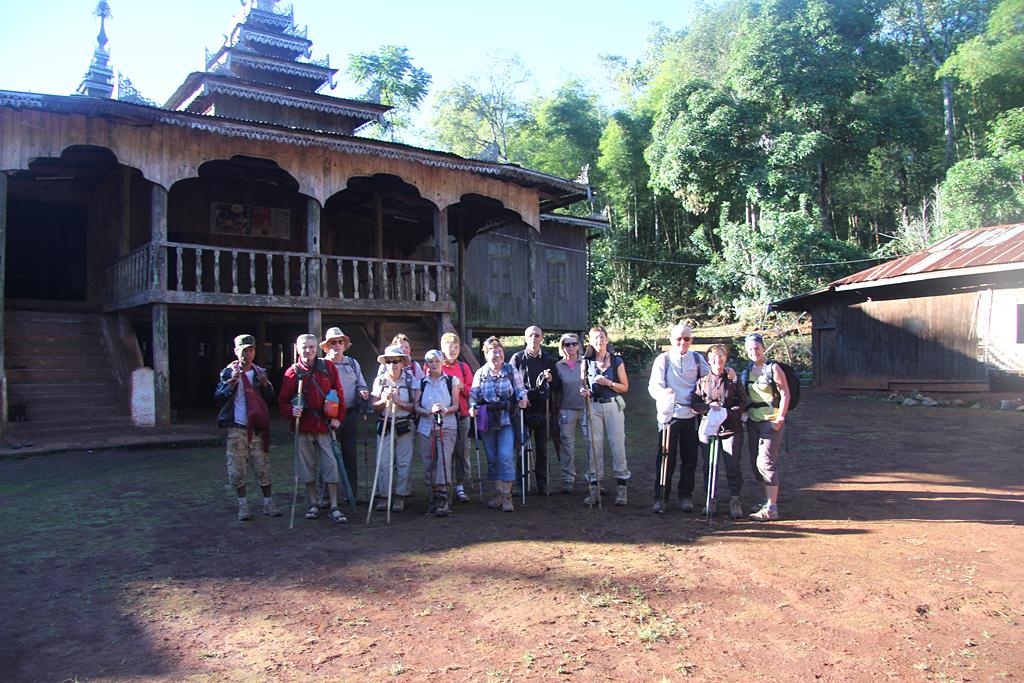 Photo de groupe devant le monastère