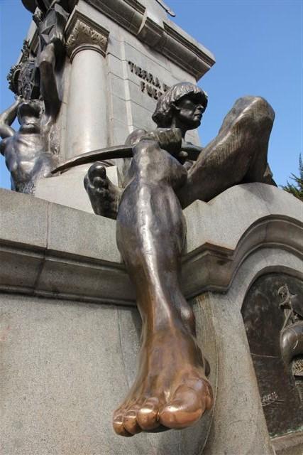 L'Indien Onas aux pieds de Magellan. Lui frotter les orteils porte chance !