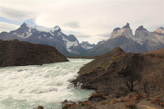 Au-dessus de Salto Grande, le Paine Grande à gauche et les Cuernos à droite