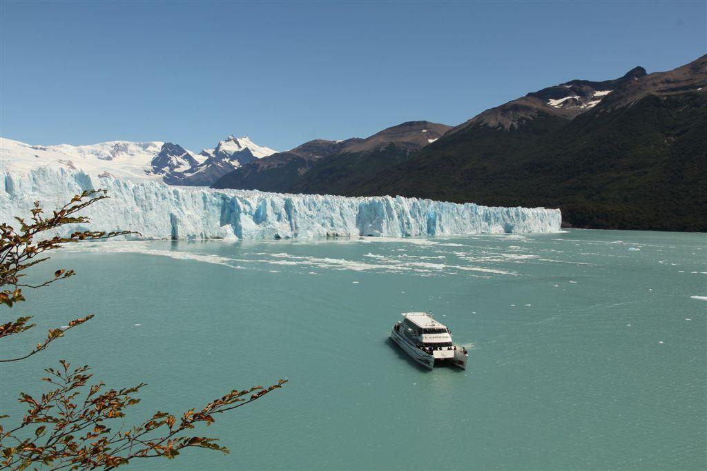 Demi-tour pour les catamarans devant le front du glacier