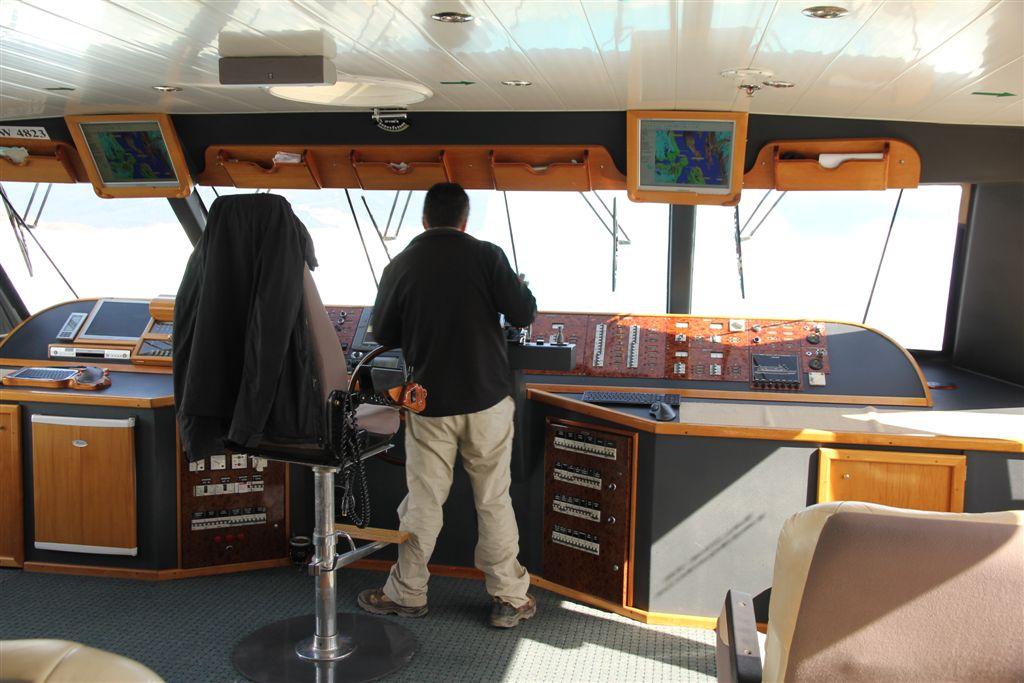 Poste de pilotage du catamaran, le capitaine doit surveiller ses deux moteurs de 1100 chevaux chacun!