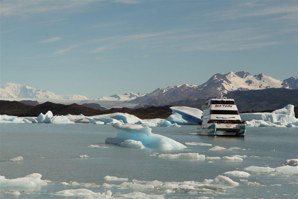 Au milieu des icebergs, au fond le glacier Upsala