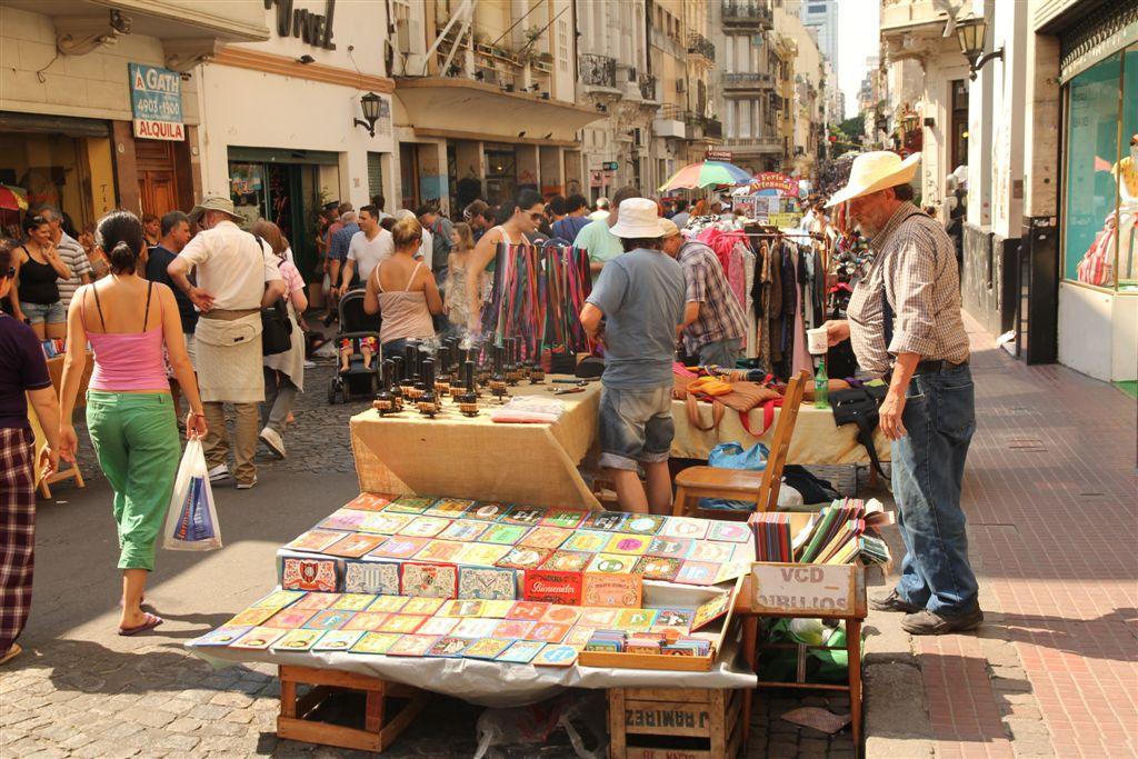 Tout le quartier autour de la Plaza Dorrego se transforme en marché aux puces