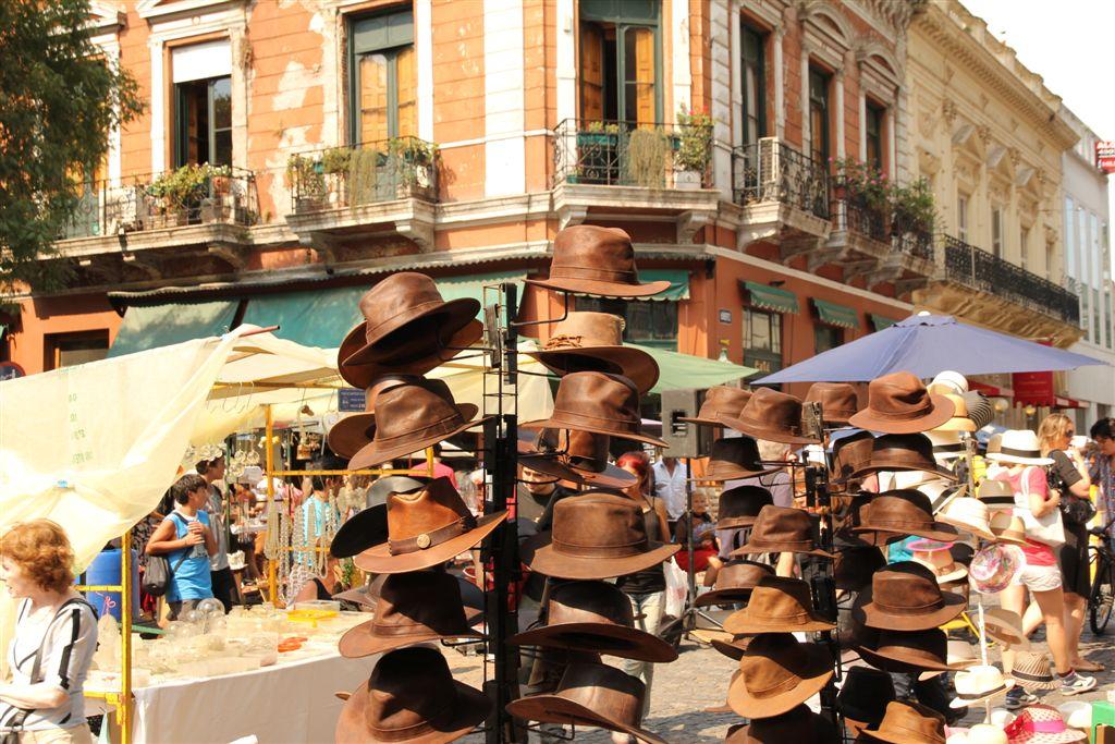 La place Dorrego est le centre de ce marché à ciel ouvert