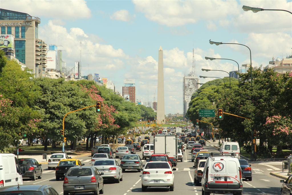 ... Arrivée à Buenos Aires sous le soleil. L'obélisque de l'avenue 9 de Julio est l'un des points de repère du centre ville