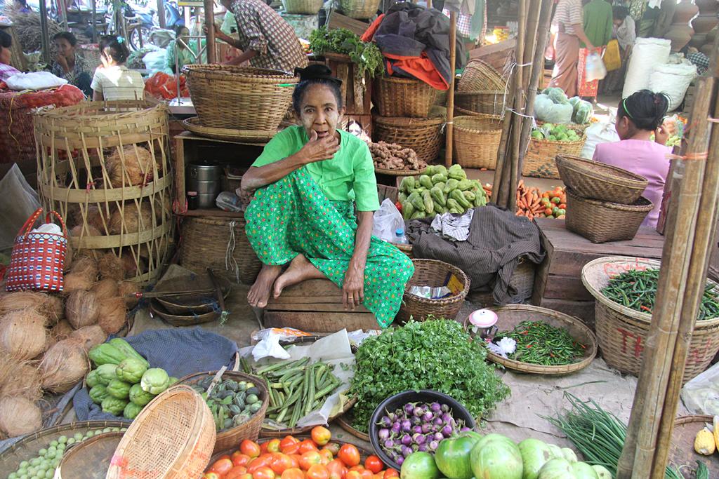 Vendeuse sur le marché de Nyaung U