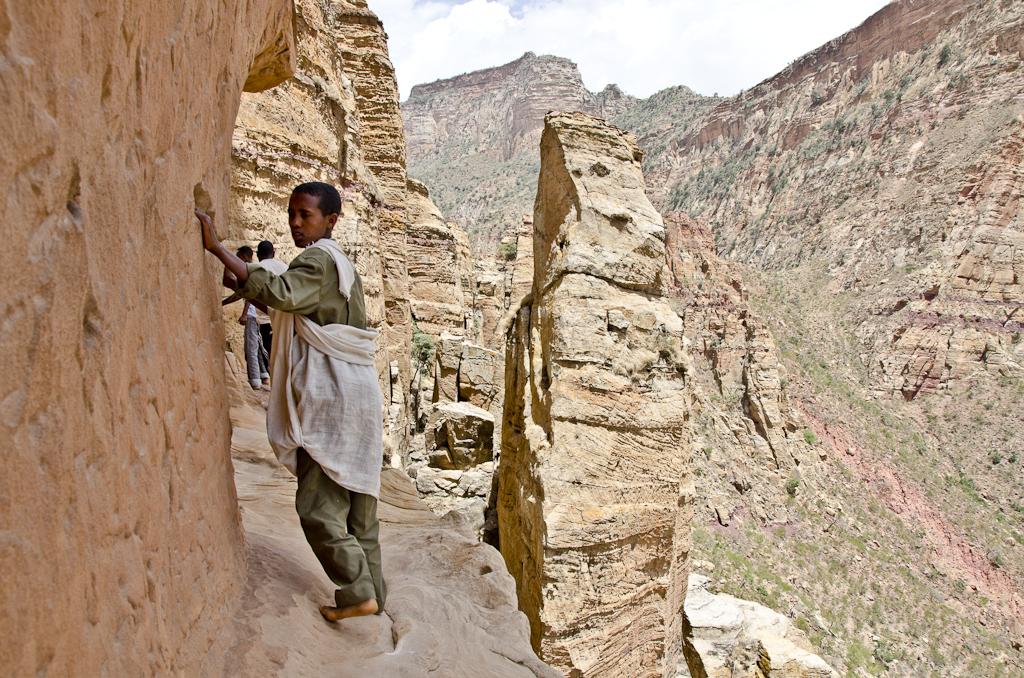 Vire rocheuse menant à l'église-crypte d'Abuna Yemata Guh