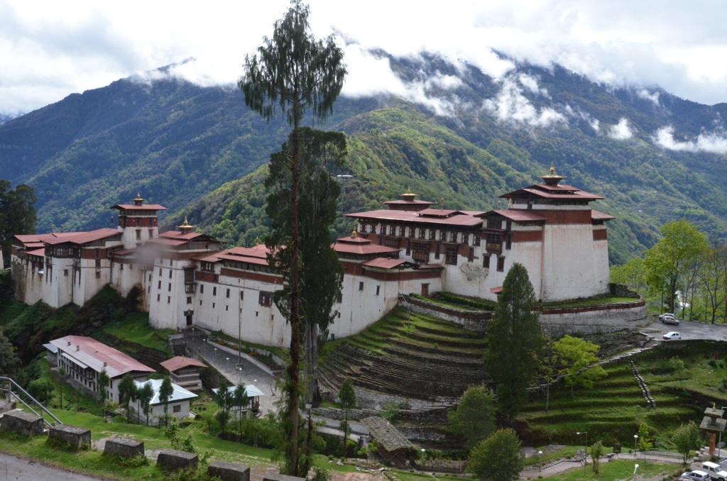 Le dzong vu du village